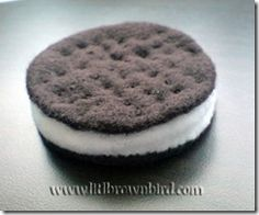 A round-up of some yummy felt treats from around the web. The majority of these patterns are for personal use only. Please do not make and sell without checking the copyright of the original creato...