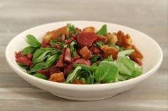 Découvrez cette recette de Salade de mâche aux gésiers de canard et croûtons expliquée par nos chefs