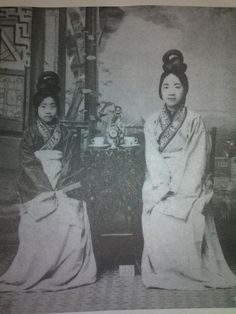 Chinese girls wearing female Hanfu, near the end of the Qing dynasty.
