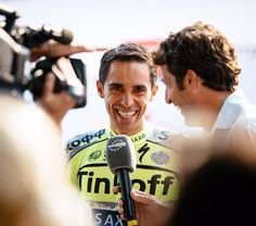 Jered Gruber @jeredgruber That @ComounaFlecha is good at bringing out the smiles and laughs - this time from @albertocontador. #TDF2015