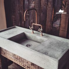 These are the copper style taps & faucets we would like to use. In our case they are coming from the ceiling like in the previous PIN Concrete Sink, Concrete Bathroom, Concrete Kitchen, Beton Design, Concrete Design, Lavabo Exterior, Outdoor Sinks, Rustic Home Design, Outdoor Kitchen Design