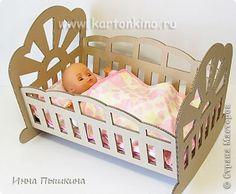 Всем привет! Знакомьтесь: наша новая игрушка из картона - кроватка-качалка для куклы. Если в семье растет маленькая принцесса, этот отличное решение для того, чтобы обеспечить любимых кукол самым необходимым предметом кукольной мебели.  Материал для изготовления кроватки - гофрокартон - абсолютно доступен, вырезать детали не сложно. В результате получается добротное и привлекательное изделие. А украсить кроватку можно вместе с её хозяйкой, на свой вкус :) фото 1
