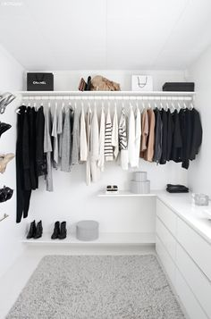 The Five-Piece French Wardrobe Challenge - Coco & Vera Minimalist Closet, Minimalist Home, Walk In Wardrobe, Capsule Wardrobe, Diy Wardrobe, Wardrobe Design, Closet Organization, Closet Storage, New Room