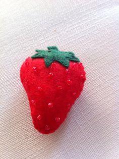 Broche fresa de fieltro
