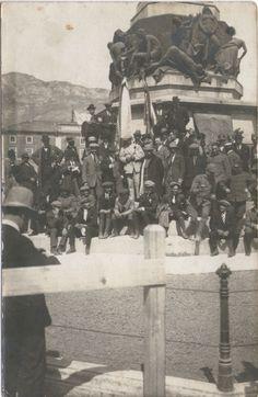 La foto nel cassetto 4 - Partecipanti al Giro d'Italia (Trento 1919) Al centro (vestito di bianco) Costante Girardengo - #ciclocollection #lafotonelcassetto #museo #giroditalia #costantegirardengo #trento #1919