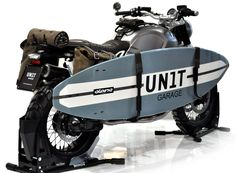 Surfboard rack for BMW R nineT made by UNITGARAGE in Italy - combine your passion for bikes and surf. Customize your BMW, Triumph, Moto Guzzi and Ducati with accessories by UNITGARAGE. At 24Helmets.de!