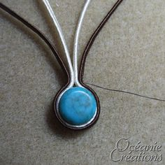 Voici la démonstration d'un bijou réalisé avec de la soutache un après-midi d'été 2008 où je recevais Dollypop à la maison.