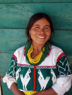 María con un huipil muy bonito; cerca de Santa Catarina Ticuá, (Región Mixteca), Oaxaca, Mexico