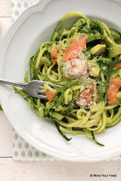 Courgette spaghetti met avocado en zalm - Mind Your Feed recipes salad smoothie toast farci noyau recette salade Smoked Salmon Recipes, Avocado Recipes, Healthy Recipes, Veggie Recipes, Avocado Pesto Pasta, Salmon Avocado, Basil Pesto, Cooking Avocado, A Food
