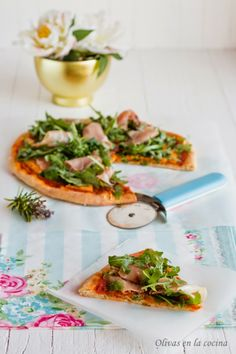 Olivas en la cocina: Pizza de queso al romero con jamón serrano y rúcula