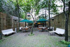 """A Praça Amauri. """"Quando um jovem empreendedor paulistano procurou-nos para o projeto de um novo restaurante, nós avaliamos o local e propusemos a ele algo diferente: que ao invés de construir um restaurante, ele transformasse o terreno numa pequena praça, um 'pocket park', e o oferecesse à cidade. Ele concordou, e assim surgiu a Praça da Amauri."""""""