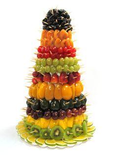 torre de frutas                                                                                                                                                                                 Mais Fruit Buffet, Party Food Buffet, Fruit Platters, Fruit Tray Designs, Edible Fruit Arrangements, Fruits Decoration, Appetizer Display, Fruit Christmas Tree, Deco Fruit