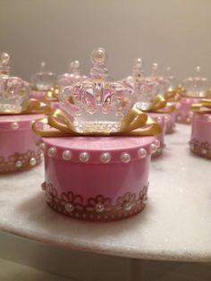 Latinha personalizada tema princesa, super linda e luxuosa. Trabalhada em pérolas, com coroa em acrílico. Fazemos na cor do tema de seu evento. Pode ser usada como lembrança de chá de bebê, maternidade, festa provençal, festa princesa ou príncipe. <br> <br>*A lata é com o material plástico