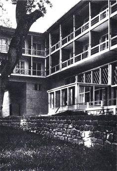 Sedad Hakkı Eldem 1934-1937: Yalova Termal Otelİ 1937-1938: Ankara Gümrük ve Tekel Müdürlüğü 1944: Emin Onat'la Wsi 1948: Maçka'da Şark Kahvesi 1951-55: Emin Onat'la İstanbul Adalet Sarayı binası 1962-1964: Zeyrek'teki SSK Zeyrek Tesisleri[2] Vaniköy'deki Suna Kıraç yalısı, 1971: Fındıklı'daki Akbank Genel Merkezi 1972-1974: Hamdi Şensoy'la birlikte Taksim Atatürk Kitaplığı 1975-1980: Tarabya'da Rahmi Koç evi 1980-1988: Maslak'taki Alarko Holding büro binaları