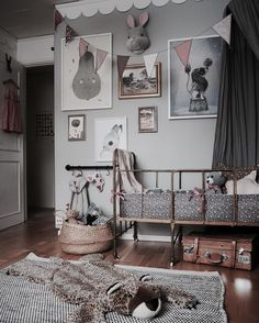 This room has a bit of everything thrown in - vintage furniture, vintage fabrics, vintage frames and more. The result is stunning! Charming , captivating and a magical space for a child. Room Ideias, Deco Kids, Vintage Room, Vintage Kids Rooms, Vintage Decor, Vintage Nursery, Kids Room Design, Little Girl Rooms, Vintage Frames