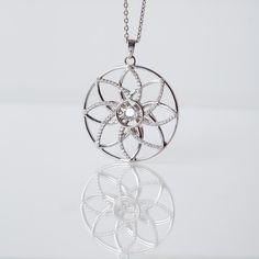 Diese florale Dancing Stone Schmuckkette ist wunderbar geeignet für alle Damen, welche die elegante Form der Lotusblume lieben. Das hochwertige Sterling Silber und die filigranen Konturen verwandeln dieses Accessoires in einen exklusiven Begleiter für besondere Anlässe. Das Schmuckstück wurde mit 85 funkelnden Zirkonia in aufwendigem Diamantschliff veredelt und wird in einem beleuchteten Etui verpackt. Elegant, Form, Piercings, Dancing, Chain, Nails, Silver, Jewelry, Diamond
