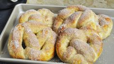 Recette copie conforme des pretzels au sucre et à la cannelle vendus chez Antie Anne's aux Etat-Unis. Briochés et saupoudrés de sucre à la cannelle.