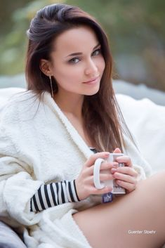 Café Sexy, Good Morning Sexy, Coffee Girl, Coffee Club, Brunette Girl, Green Eyes, Gorgeous Women, Beautiful Eyes, Lovely Smile