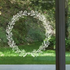 Sierlijke herfst krans #raamtekening met blaadjes, bessen en bloemen. Combineer met letters en schrijf je eigen tekst of gebruik een quote om je eigen herfstige krans te maken.