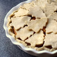 Christmas tree apple pie - all butter pie crust cutouts top a cinnamon scented apple pie Christmas Tree Cookies, Christmas Desserts, Christmas Baking, Christmas Pies, Christmas Treats, Holiday Pies, Holiday Recipes, Holiday Foods, Apple Pie Crust