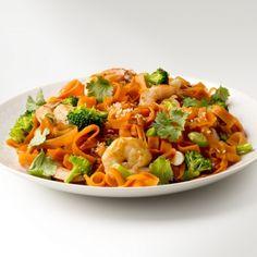Fettuccine de carotte et crevettes à l'asiatique | Saladexpress.ca Thai Red Curry, Ethnic Recipes, Food, Cook, Seafood, Carrot, Asian, Main Course Dishes, Pisces