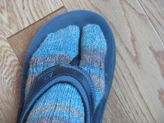 always on the lookout for Flip Flop Sock Patterns, this is a great one.am always on the lookout for Flip Flop Sock Patterns, this is a great one. Knitted Socks Free Pattern, Knitted Slippers, Crochet Slippers, Easy Knitting, Loom Knitting, Knitting Socks, Knit Socks, Knitting Help, Yoga Socks