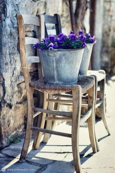 Shabby Chic Furniture In a family room, try to arrange your furniture into centers. French Country Cottage, French Country Style, Country Life, French Farmhouse, Shabby Chic Furniture, Rustic Furniture, Pot Jardin, Shabby Chic Garden, Types Of Furniture