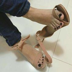 Pretty Toe Nails, Pretty Toes, Feet Soles, Women's Feet, Stilettos, Foot Love, Cigar Girl, Beautiful Toes, Black Toe
