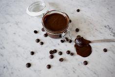 Chocolade ganache is een heerlijke vulling voor macarons en taarten. Maar je maakt er ook heel snel de beste chocolade truffels van! Caramel Bonbons, Macarons, Chocolate Fondue, Frosting, Fondant, Snacks, Desserts, Tailgate Desserts, Appetizers