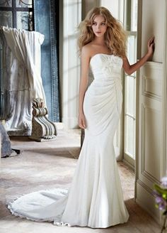 Pretty wedding dress for those who like to show off their curves