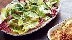 Frischer Blumenkohl und Makkaroni mit herzhaften Cheddar überbacken, serviert mit einem bunten knackigen Chicoréesalat. Abgerundet durch ein wunderbar süßes Pflaumendessert. Jamie Oliver, Oven Dishes, Salty Cake, Quesadilla, Enchiladas, Casserole, Tart, Cabbage, Vegetables