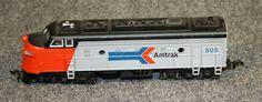 """Locomotora dièsel serie F7: Locomotora dièsel sèrie F7 de Amtrak 505 de color gris i vermell amb sostre negre. Té inscrit la numeració 505 i porta """"trompeta"""" al sostre. Locomotora diésel serie F7: Locomotora diésel serie F7 de Amtrak 505 de color gris i vermell amb sostre negre. Té inscrit a la numeració 505 i porta """"trompeta"""" al sostre."""