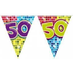 Mini vlaggenlijn 50 jaar. Kleine slinger in feestelijke kleuren met het getal 50. De slinger is ongeveer 3 meter lang.