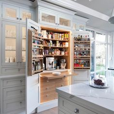Modern Kitchen Design 42 Drop-Dead Gorgeous Traditional Kitchen Ideas - Check out these 42 eye-catchingly beautiful traditional kitchen concepts. Kitchen And Bath, Diy Kitchen, Kitchen Interior, Kitchen Decor, Kitchen Ideas, Pantry Ideas, Awesome Kitchen, Beautiful Kitchen, Decorating Kitchen