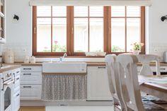 Príjemná vidiecka romantika | Decodom Magazín Kitchen, Table, Furniture, Home Decor, Cooking, Decoration Home, Room Decor, Kitchens, Tables