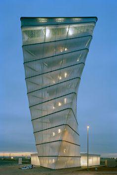 BBI Info-Tower : Una rotación de colorido  La torre se encuentra en el aeropuerto de Berlín realizada por Kusus Arquitectos  mide 31 metros de altura, la escalera de caracol en acero rellanos conduce hacia la parte superior y arriba existen dos plataformas de observación donde se puede divisar el nuevo complejo aeropuerto que se está desarrollando, se compone de una serie de...