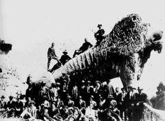 Homes posando diante do León Colosal do Parque do Pasatempo a finais do século XIX ou comezos do XX, sendo recente a súa construción (1893-1914)