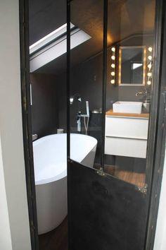Salle de bain toute de noir vêtue