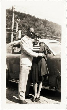 couple war era photo man and woman near car mixed suit dress vintage fashion style print casual day wear Vintage Black Glamour, Vintage Love, Vintage Beauty, Vintage Fashion, Dress Vintage, Vintage Style, Vintage Pictures, Vintage Images, Hugs