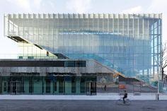 Centro sportivo a Parigi; DFA / Dietmar Feichtinger Architectes sono gli autori della ricostruzione dello stadio Jules Ladoumègue e la creazione di nuovi spazi per le attività sportive, che rappresentano il desiderio di creare una continuità urbana tra Parigi e la sua periferia.