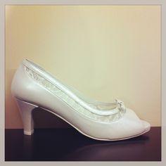 Zapato de novia de piel y encaje con tacón de 5cm.