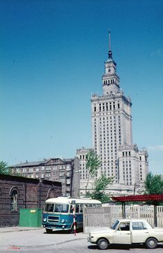 Chmielna, 1973r. Na miejscu widocznej kamienicy stoją dziś Złote Tarasy. fot., źr. fotopolska.eu Old Pictures, Old Photos, Warsaw Pact, Russian Architecture, Ppr, Krakow, Vintage Photographs, Homeland, Around The Worlds