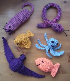 Knitters rejoice! There are plenty of fun cat toy patterns for you available as a free Ravelry download from Elizabeth Jarvis.  •☆•*´`°•.☼☆•ツ•☆•*´`°•.☼☆•ツ