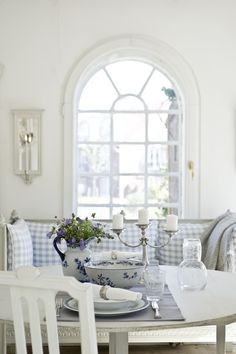 Dining and tea in a Swedish style decor. Always fresh and clean and inviting. Swedish Cottage, Swedish Decor, Swedish Style, Swedish House, White Cottage, Swedish Design, Cottage Style, Scandi Style, Cottage Design