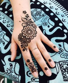 Simple flower Mehndi Design Mehndi henna designs are always searchable by Pakistani women and girls. Women, girls and also kids apply henna on their hands, feet and also on neck to look more gorgeous and traditional. Mehndi Designs Finger, Pretty Henna Designs, Mehndi Designs For Kids, Simple Arabic Mehndi Designs, Beginner Henna Designs, Mehndi Designs Feet, Modern Mehndi Designs, Henna Designs Easy, Mehndi Designs For Fingers