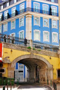 Viaduto da Rua do Alecrim, Cais do Sodré, Lisboa - Bright colors, sunny city #Portugal.