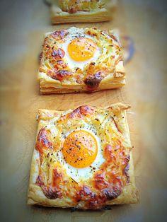 Tolles Rezept für ein Osterbrunch. Zutaten: 4 Blätter Blätterteig, 2 Kartoffeln (geschält und grob gerieben), 1 kleine Zwiebel, 4 Scheiben Cheddar Käse, in kleine stückchen schneiden, 4 Scheiben Frühstücksspeck, 1 EL Creme Fraiche, 1/2 TL Salz,  1 TL Pfeffer, 4 kleine Eier.