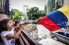 """Foto de @rodolfochurion Lo de ayer no fueron palabras fueron millones de demostraciones.   """"VOTA! VOTA POR MI FUTURO!"""" Cantaba la niña a todas las personas que permanecian en el punto de votación de Valle Abajo.  Caracas 16/07/2017  #ptpdocumental #elnacionalweb #Caracas #canon #venezuela #VenezuelaLucha #igers #igersvenezuela #instagram #ig_caracas_ #ccs #caminacaracas"""