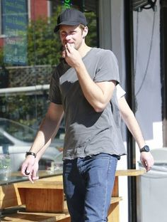 Alexander Skarsgard Photos - 'True Blood' actor Alexander Skarsgard grabs lunch with a friend in Los Feliz, California on February 28, 2013. - Alexander Skarsgard Grabs Lunch With a Friend