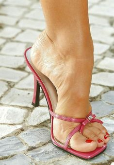 I am a just man with a love of Feet, Heels, High Arches & Toe Cleavage. Welcome to my little corner of Foot Fetish Paradise. Strappy High Heels, Sexy Sandals, Hot High Heels, Stiletto Heels, Feet Soles, Women's Feet, Barefoot Girls, Cute Toes, Sexy Legs And Heels
